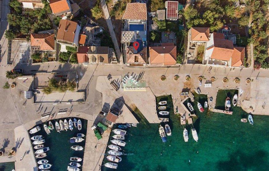 Kaprije- Kuća sa bazenom prvi red do mora