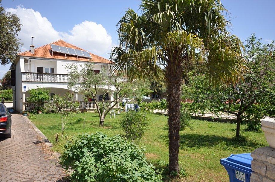 Pakoštane- Samostojeća kuća 200m do plaže sa velikim dvorištem