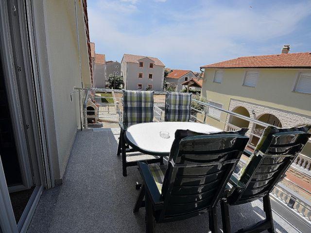 Vodice-samostojeća kuća sa 2 stana, garaža i podrum