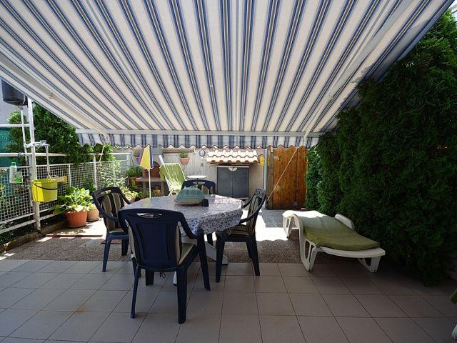 Vodice- Stan u prizemlju velikom terasom i vrtom