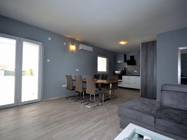 Vodice- Novoopremljena kuća sa 6 apartmana
