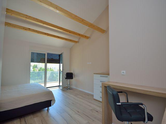 Vodice- dvojna kuća sa 3 stana , podrum+ bazen