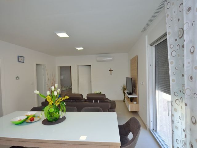 Srima- luxuzni apartman sa vrtom i bazenom ,70 m do plaže