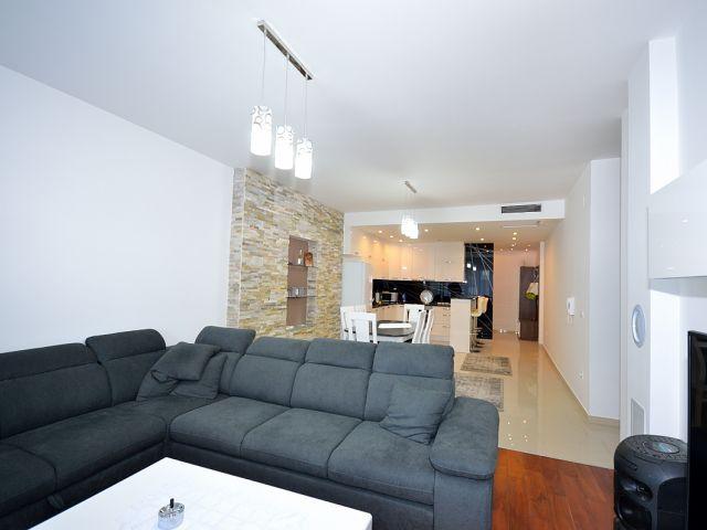 Vodice- konforan dvosoban stan u centru grada