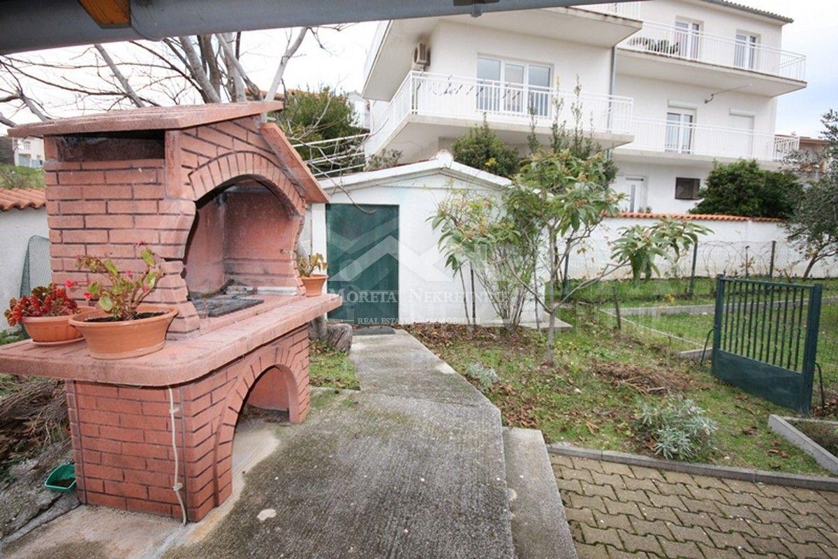 SNIŽENO!!! - Vodice, kuća s velikim dvorištem i pogledom na more