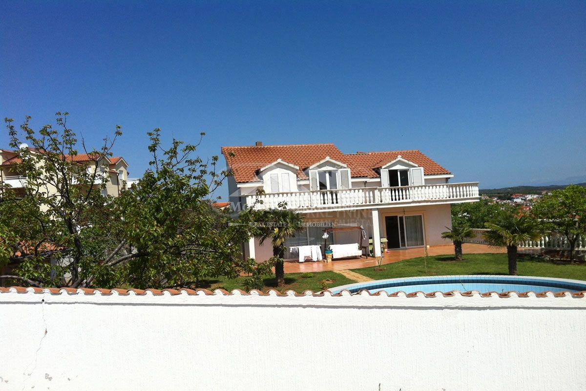 Vodice, kuća s bazenom i pogledom na more i otoke.