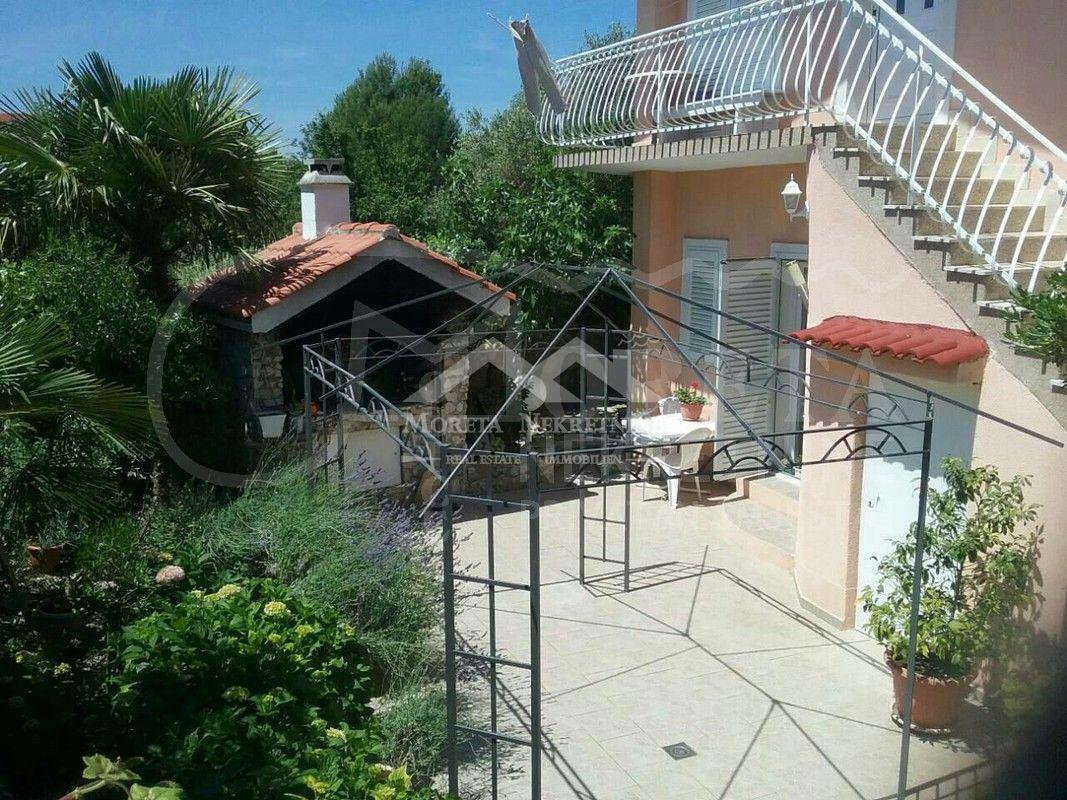 Vodice, obiteljska kuća s turističkim kapacitetima na izvrsnoj lokaciji