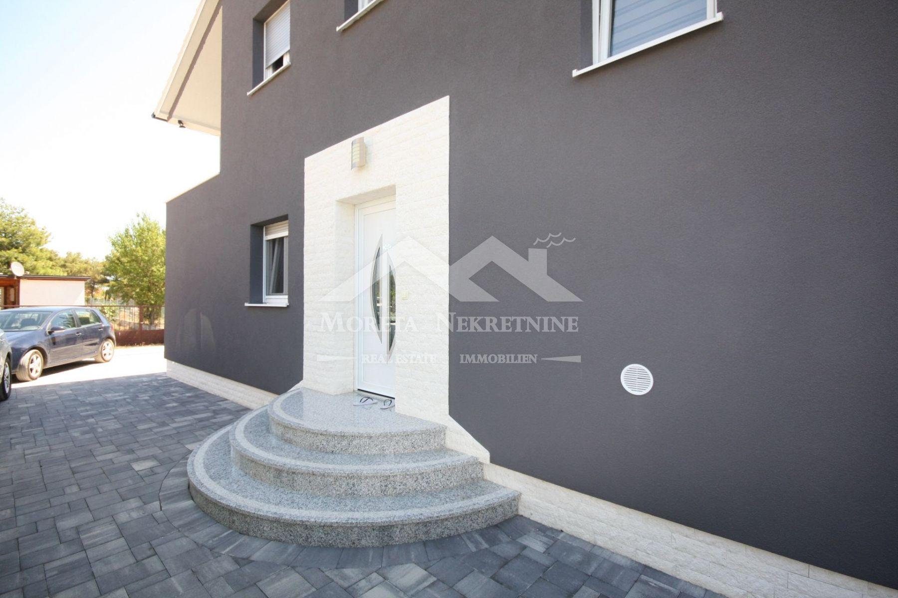 Vodice, novija dvojna kuća na mirnoj lokaciji
