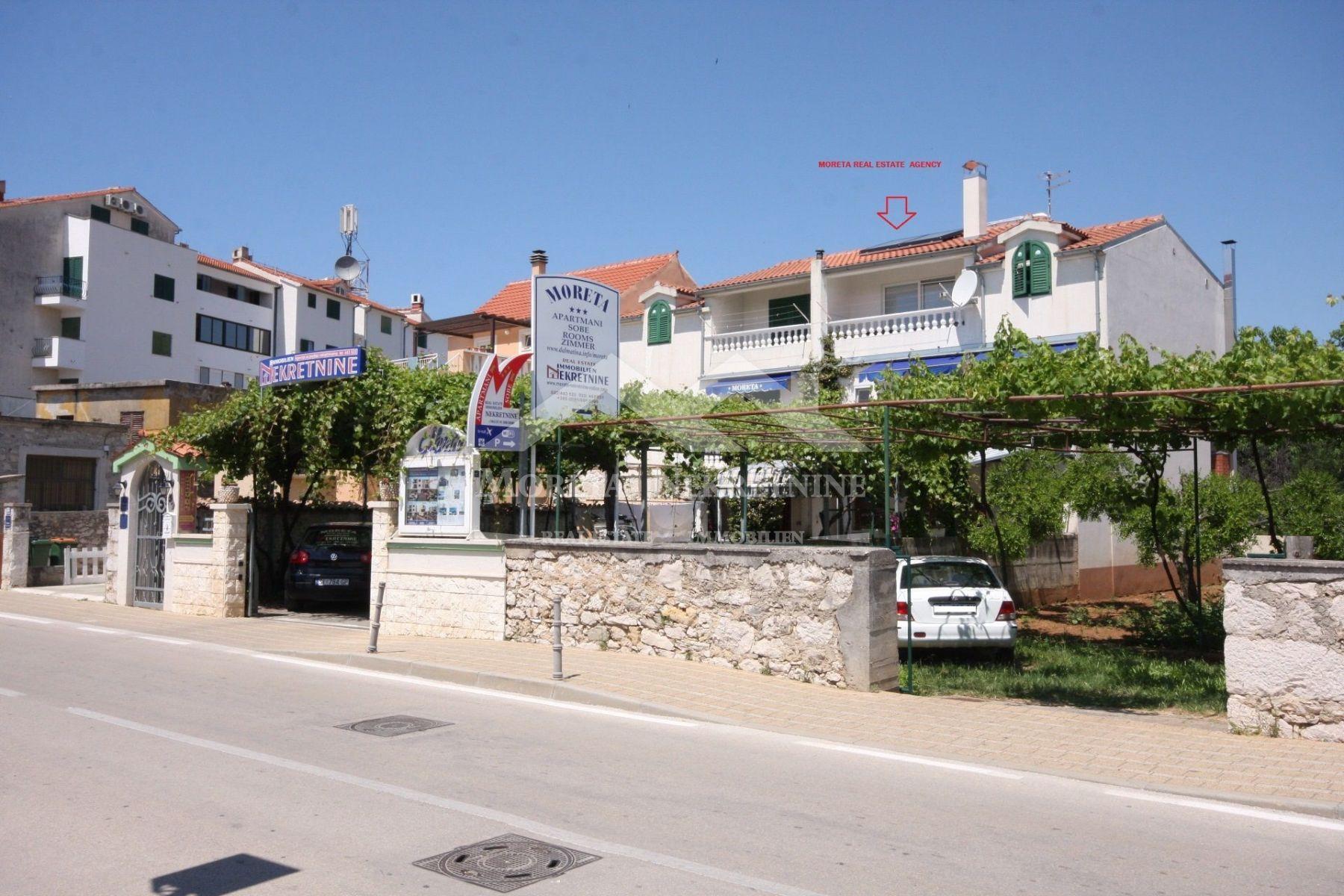 Vodice, kuća u centru s turističkim kapacitetima i poslovnim prostorom