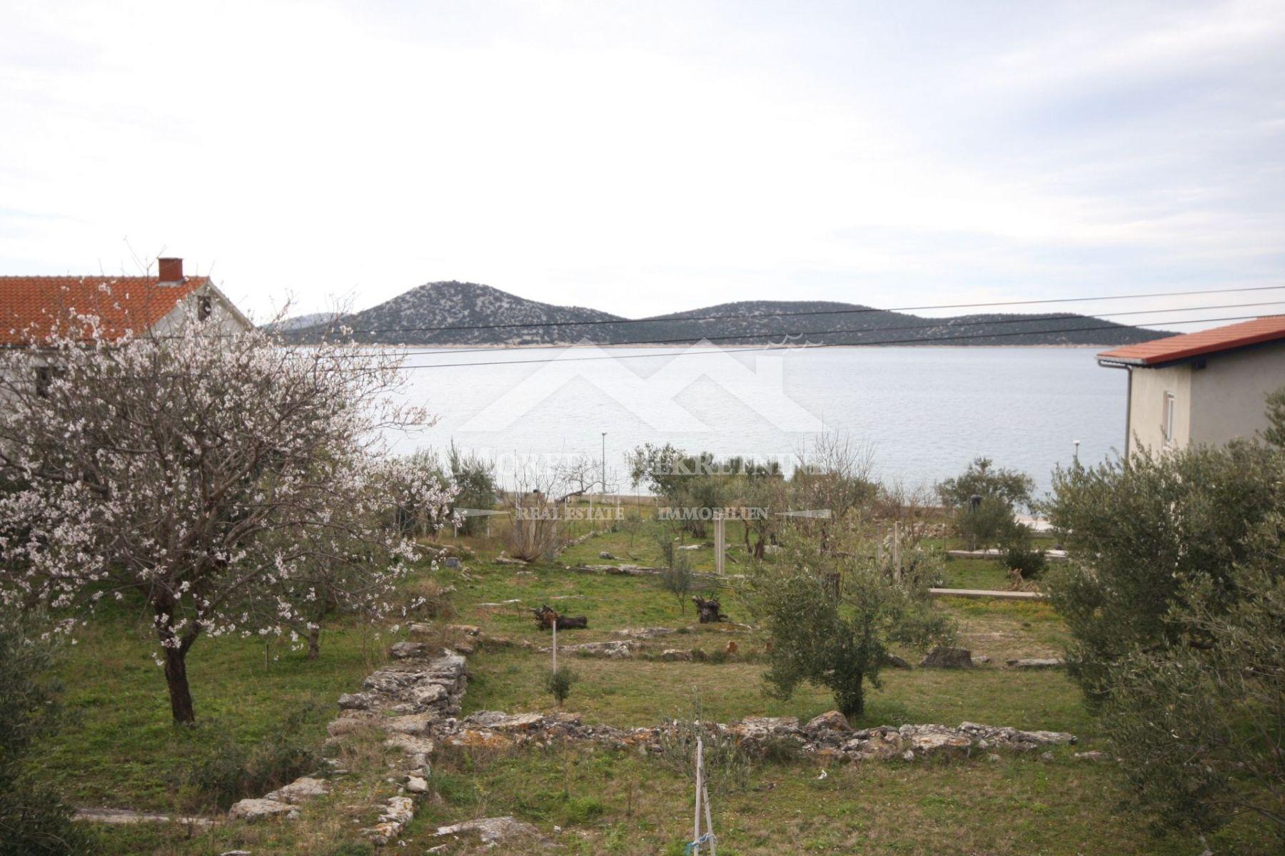 Otok Prvić, građevinsko zemljište s dozvolom u prvom redu do mora