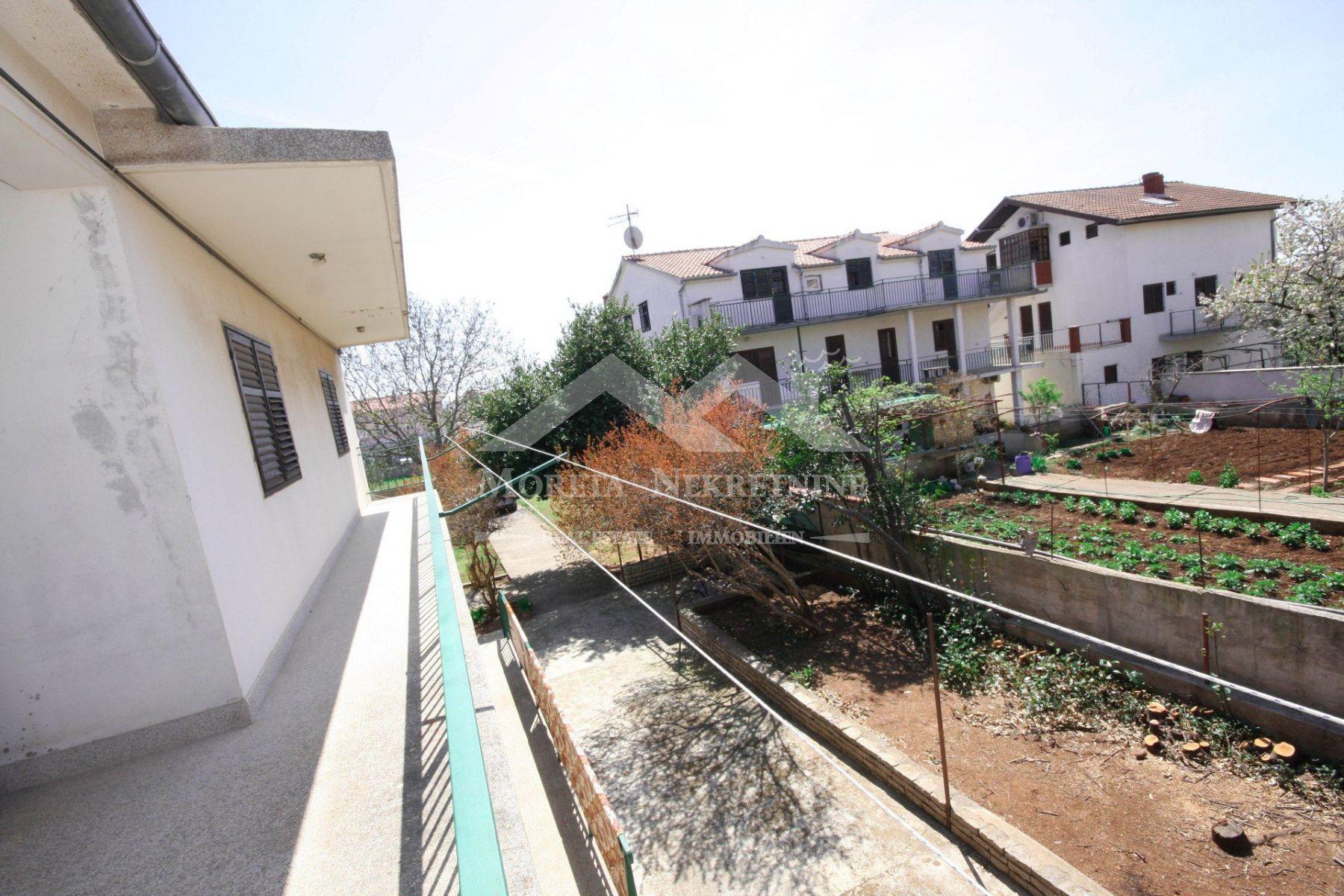 Vodice, obiteljska kuća s prekrasnim vrtom i okućnicom