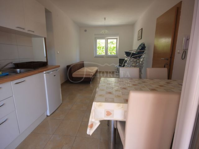 Vodice, atraktivna kuća sa šest apartmana udaljena 250 metara od mora