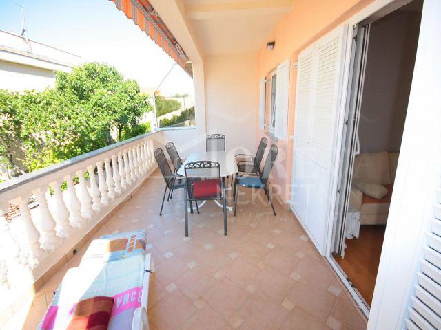 Vodice, lijepo uređen stan s dvije komforne terase