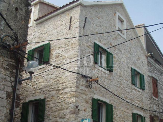 Vodice, kamena kuća u staroj jezgri Vodica