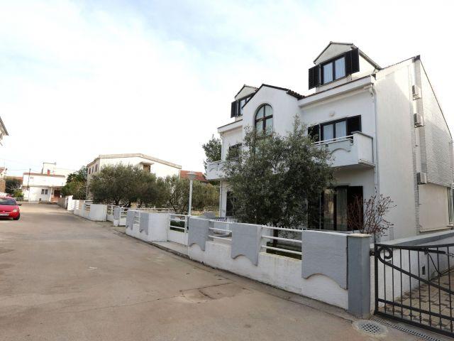SNIŽENO!!!-Vodice, samostojeća kuća s turističkim kapacitetima i građevinskim zemljištem na vrhunskoj lokaciji