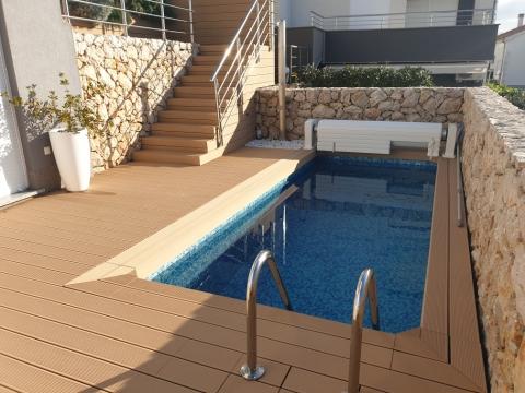 NJIVICE, dvoetažni stan sa bazenom! 300m od mora