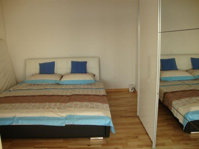 , soba  spavaća, izlaz na balkon, južna strana