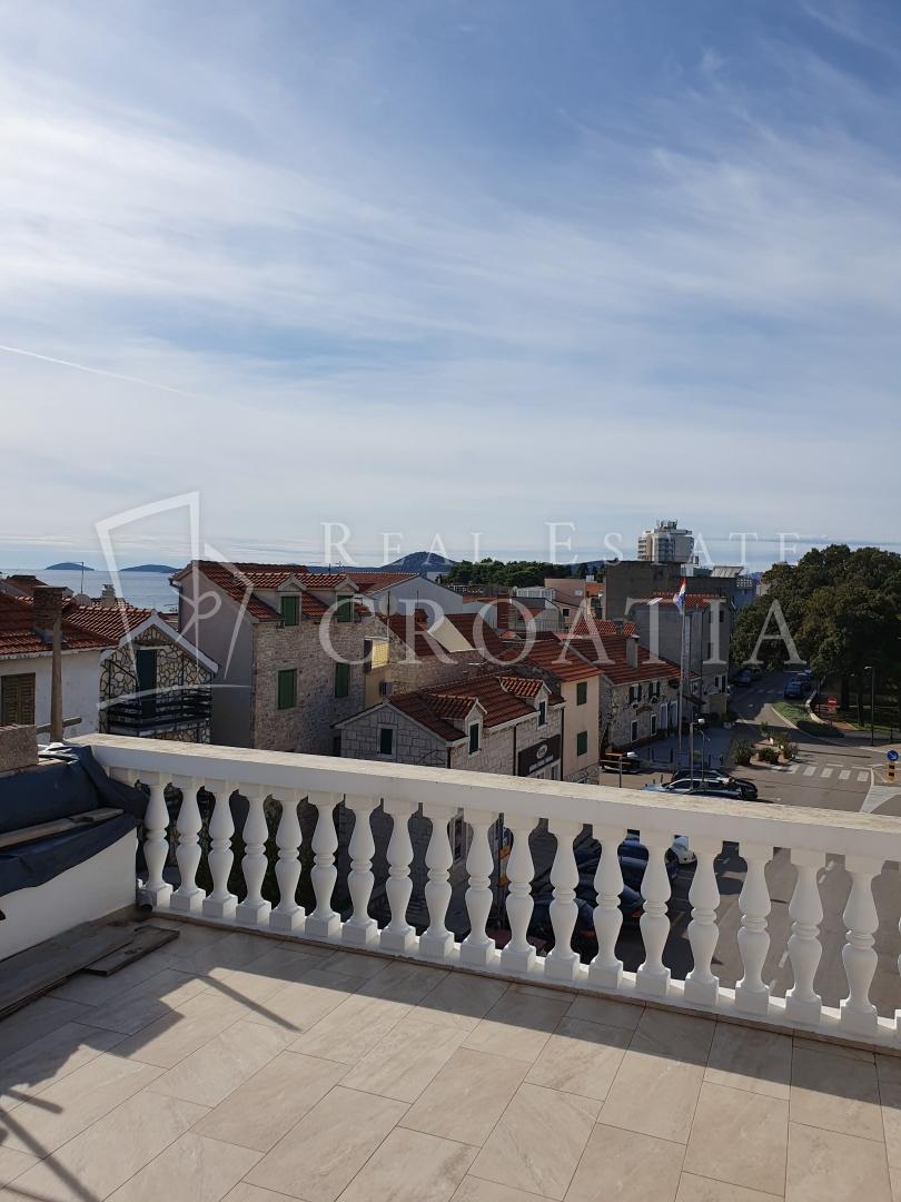 Kamena kuća u centru Vodica sa poslovnim prostorom i terasom