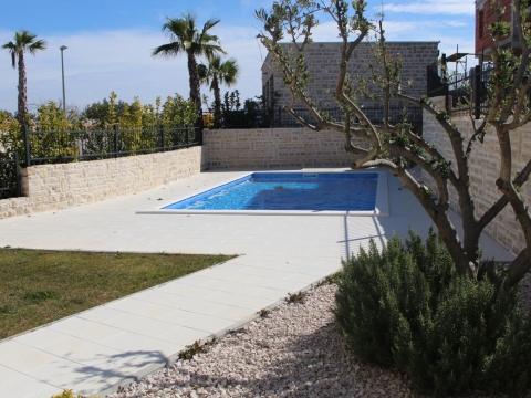 Murter, luksuzni stan sa bazenom i vrtom