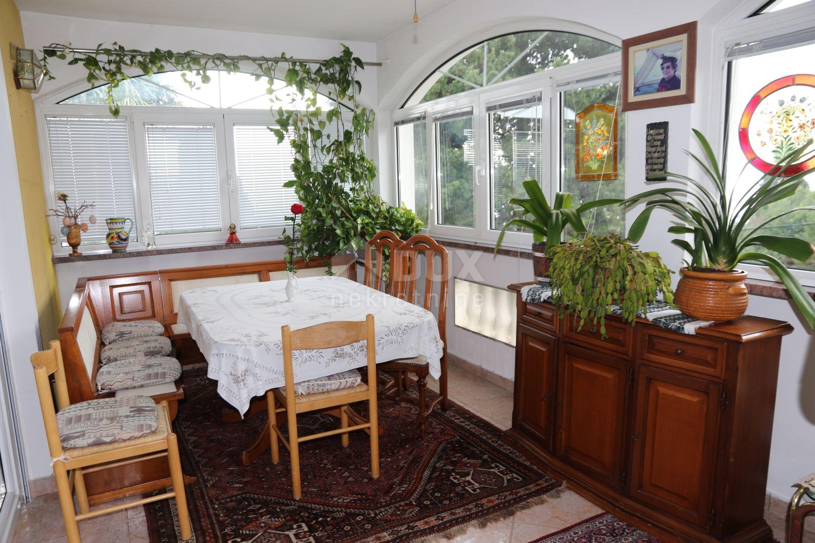 IČIĆI - samostojeća kuća sa tri stana na odličnoj lokaciji
