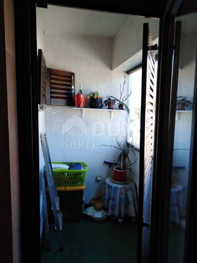 LOVRAN - Stan u stambenoj zgradi s dva balkona