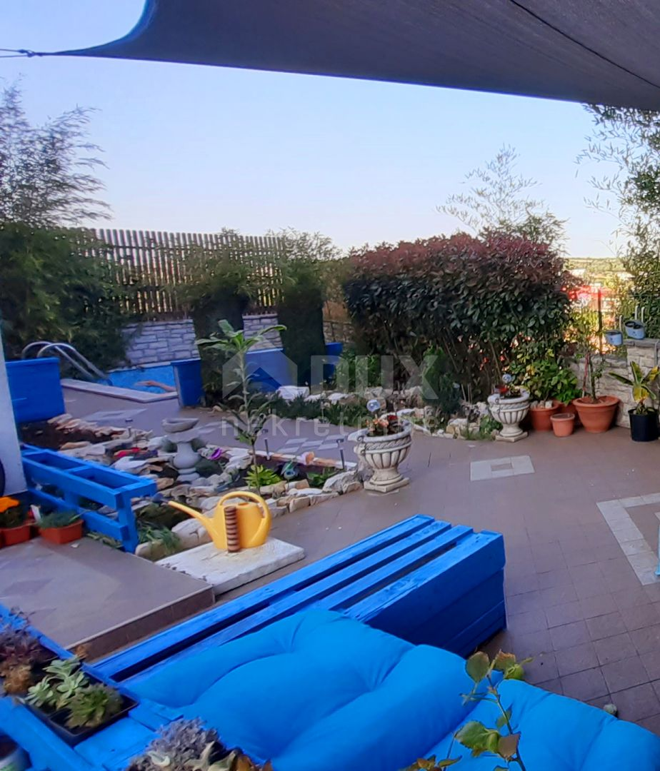 Stan s dvorištem i privatnim bazenom -  Šijana, Pula, 74,55 m2