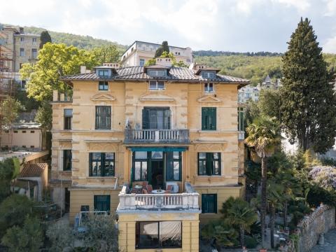 OPATIJA - Istinsko remek djelo elegantnog životnog prostora, etaža vile prvi red do mora, najam!