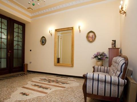 PEĆINE - komforan stan u prekrasnoj staroj vili, prvi red do mora