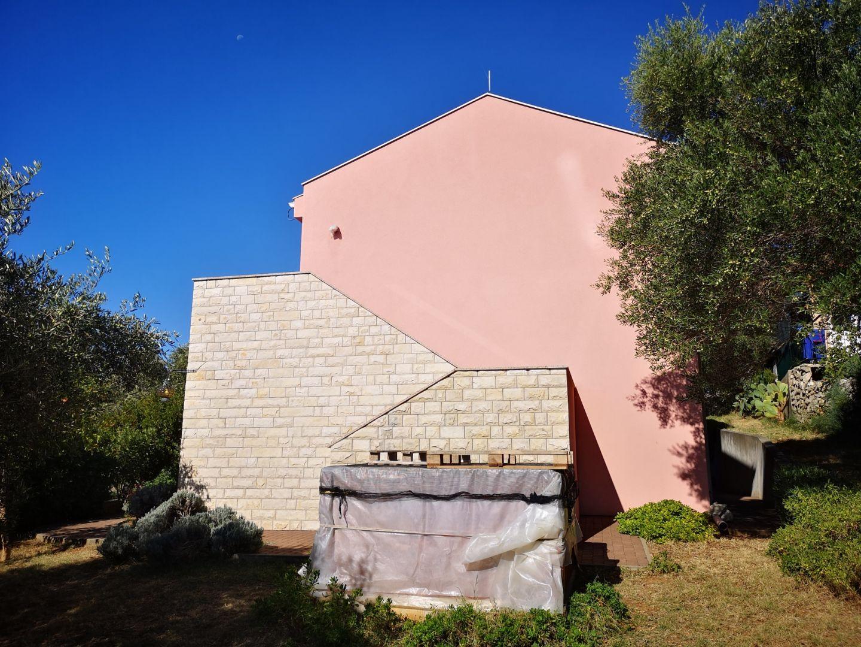 Jakišnica - kuća sa velikom okućnicom - LOKACIJA