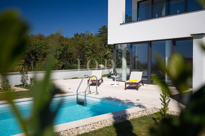 Moderan dvoetažni stan sa bazenom