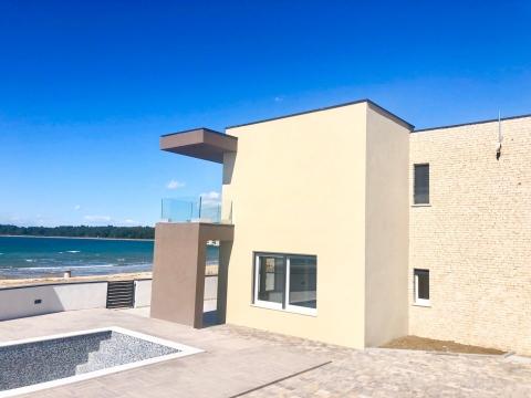Moderna obiteljska kuća na samoj plaži