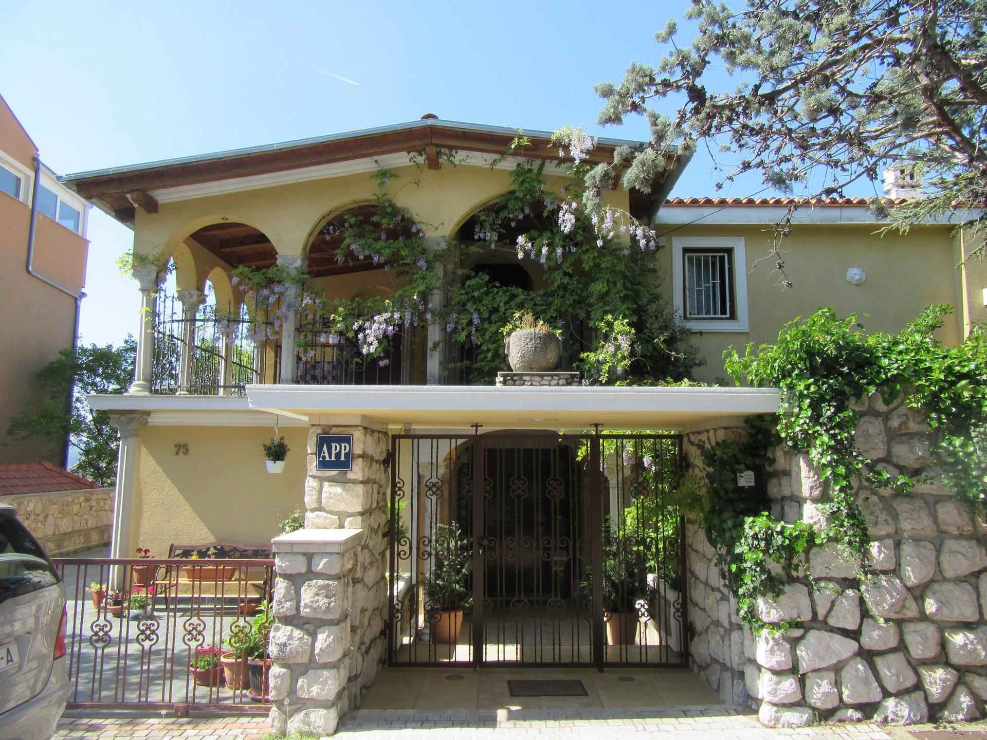 POVOLJNO, dvije kuće s prekrasnom okućnicom