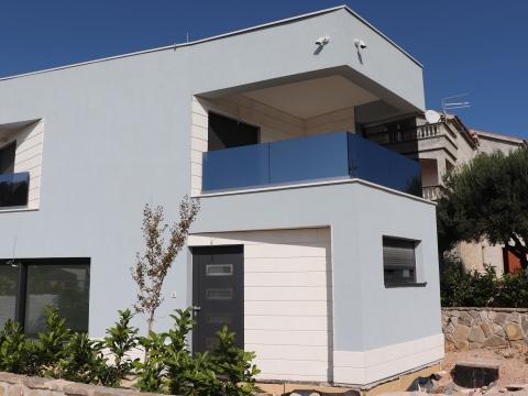 Dvojna kuća u Vodicama, prvi pred do mora
