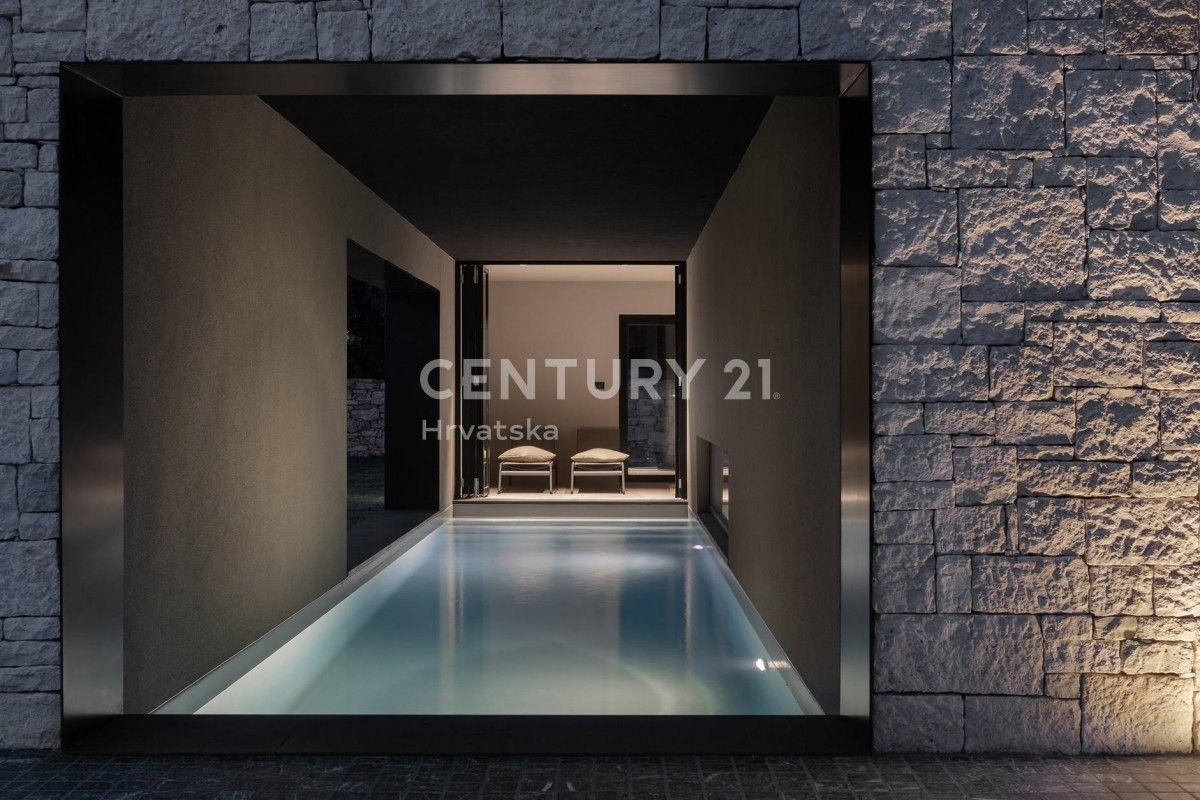 Villa s natkrivenim bazenom