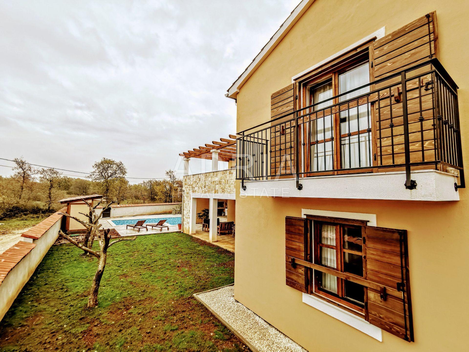 Kuća 400 m2 s bazenom i okućnicom 900 m2