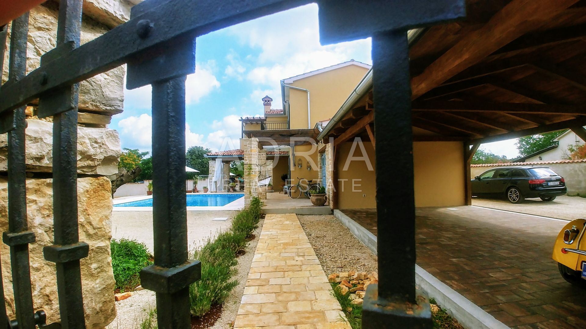 Haus mit traditionellen istrischen Details und Pool