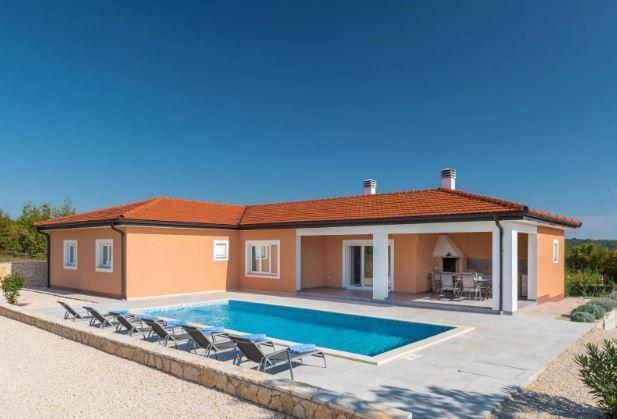 Kuća s bazenom i okućnicom od 2900 m2