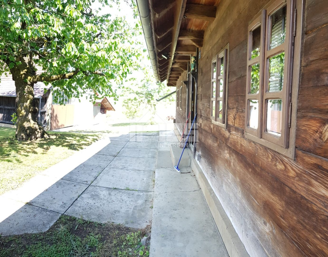 Prodaje se prekrasna drvena vikend kuća iz 1949