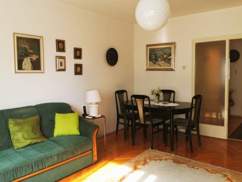 AKCIJSKA CIJENA! Namješten dvosoban stan na III katu stambene zgrade (Ružmarinka)