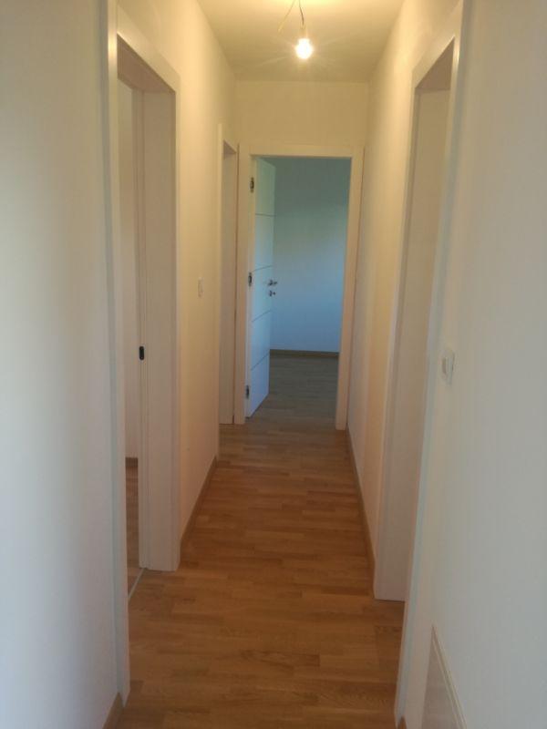 Prostrani 4-soban stan s vrtom i dva parkirna mjesta u novogradnji!