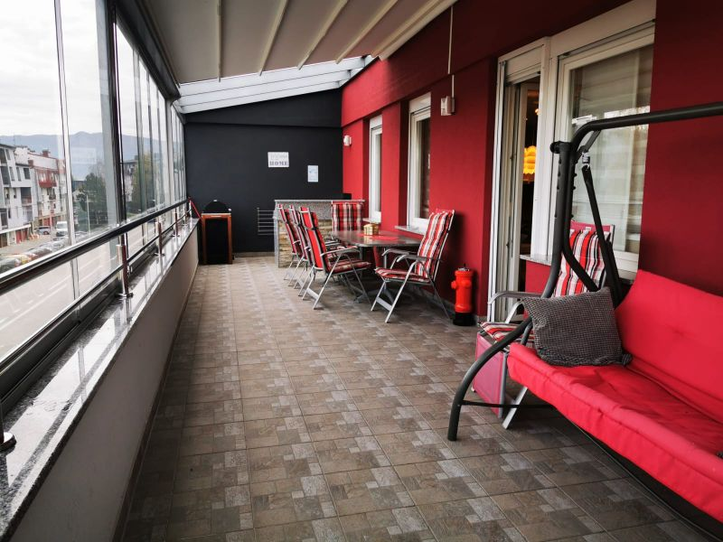 Namješten 4-soban stan na zadnjem katu sa zimskom terasom