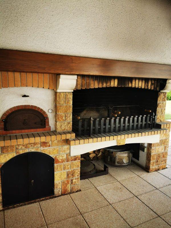 Obiteljska Kuća sa prekrasnim dvorištem i grill-sjenicom
