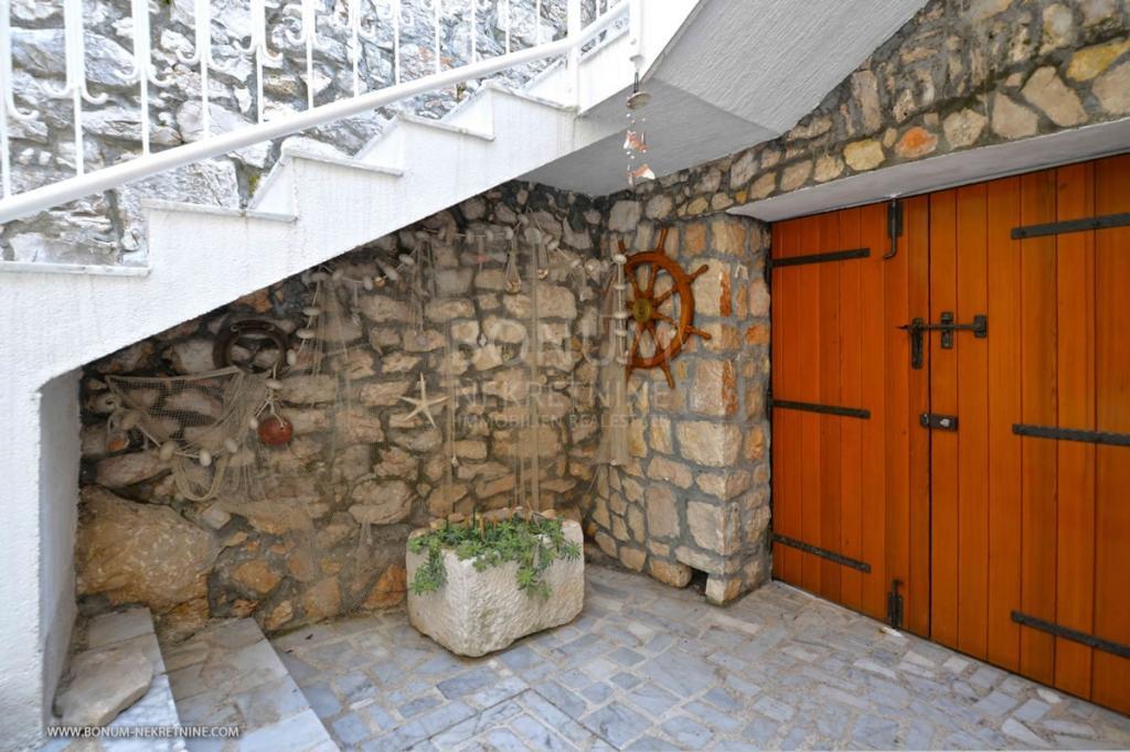 Kamniti hiši na otoku Murter, ki se nahaja v starem delu