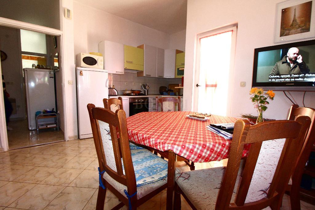 Tribunj, hiša z osmimi apartmaji v bližini morja