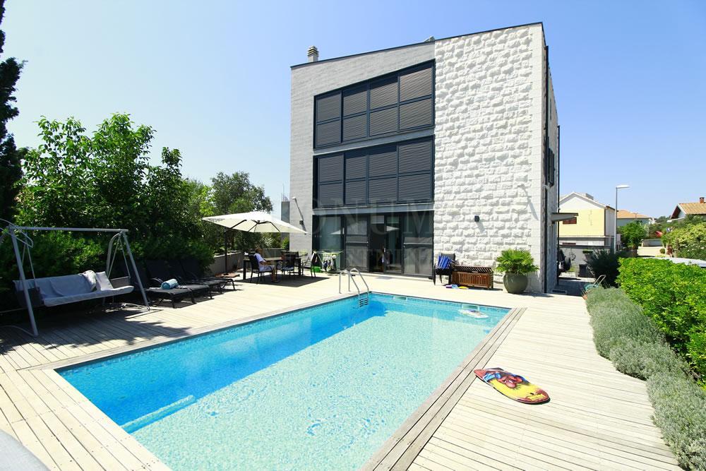 Luksuzna vila z bazenom 50 m od morja v Rogoznici