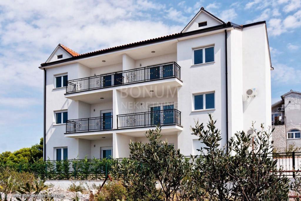 Primošten, atraktivan apartman s pogledom na more i bazenom