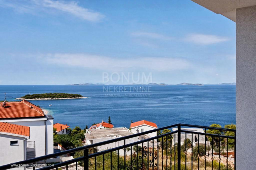 Luksuzni apartma v Primoštenu s panoramskim pogledom na morje in bazenom