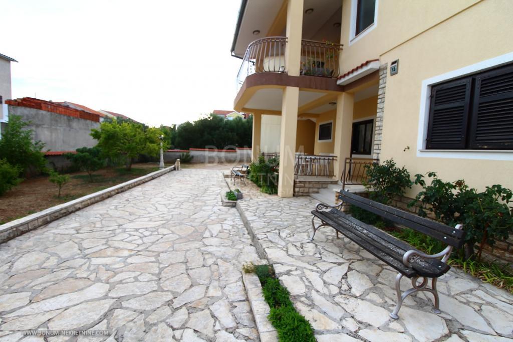 Prekrasna samostojeća kuća u Tribunju s velikom okućnicom