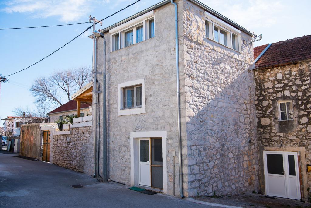 Šibenik, Raslina, lepo urejena kamnita hiša na mirni lokaciji