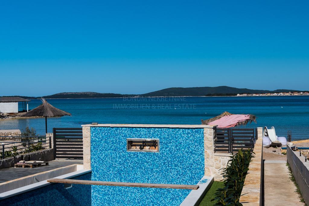 Luksuzna vila s bazenom u prvom redu do mora